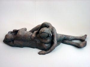 Couple couché, 2014 (argile, gomme-laque)